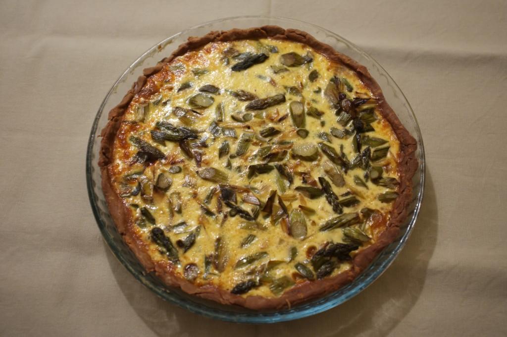 tarte sans gluten aux asperges et aux poireaux à la sortie du four