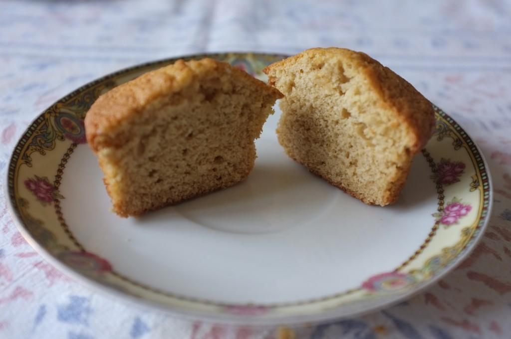 un cupcake sans gluten coupé en deux, avant le glacage