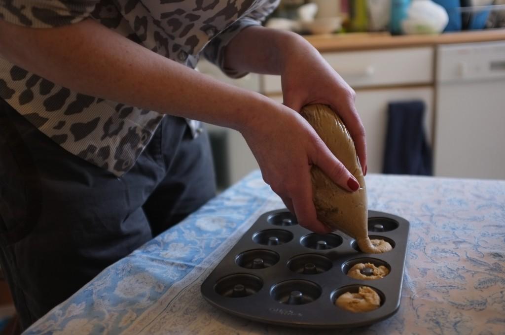 mini donuts sans gluten, division de la pâte dans les petits cercles du moule