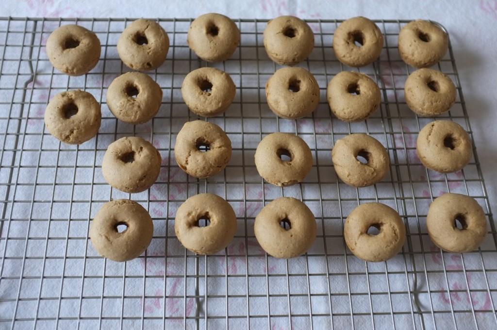 mini donuts sans gluten à la vanille, sur une grille à refroidir avant le glaçage