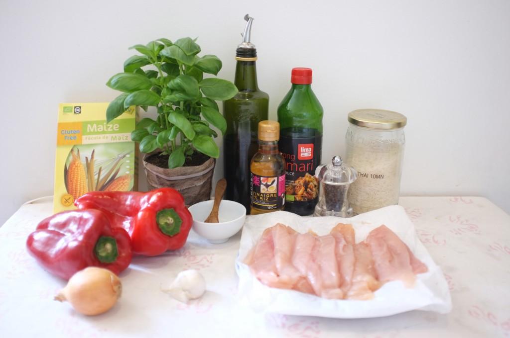 ingrédients pour du poulet sauté sans gluten au basilic et aux poivrons