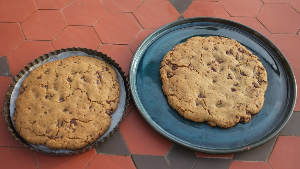 Les cookies géants aux pépites de chocolat, à la sortie du four