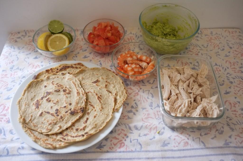 chacun agrémente sa tortilla comme il aime, crevette ou poulet au choix