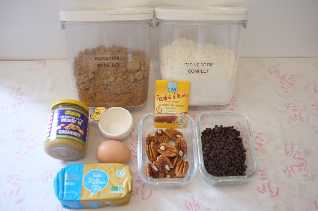 Ingrédients pour les cookies aux pépites de chocolat, beurre de cacahouète et noix de mécan