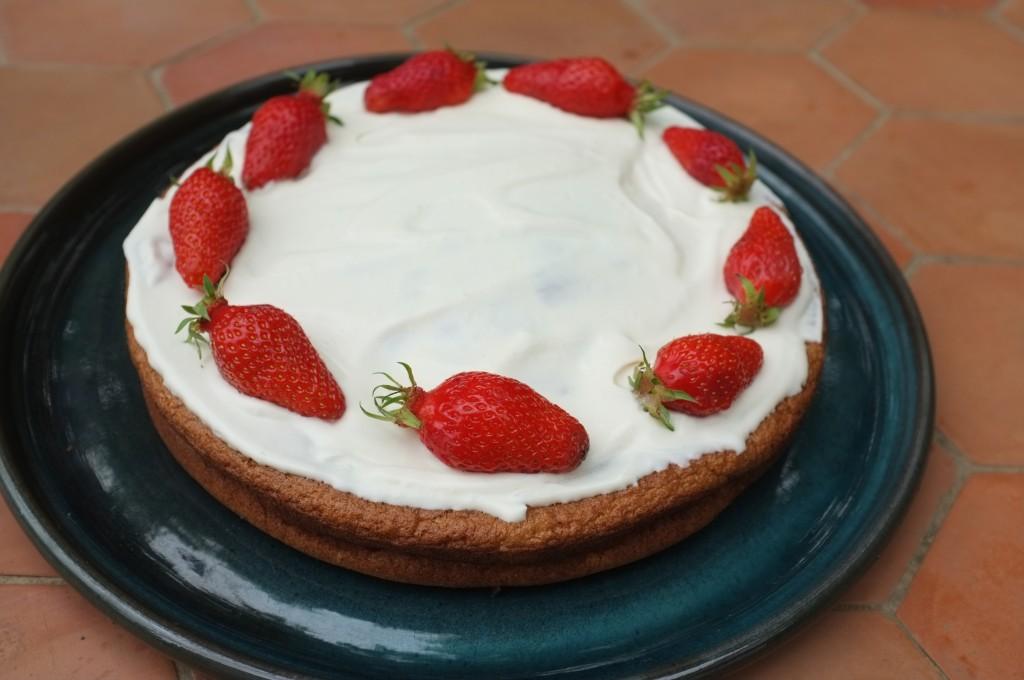 Génoise sans gluten à la crème fouettée et aux fraises