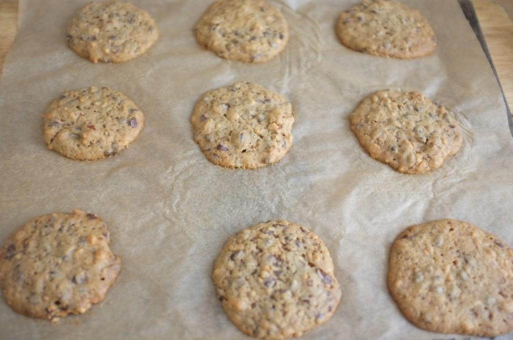 Sans gluten, les cookies aux pépites de chocolat, beurre de cacahouète et noix de pécan doivent reposer sur la feuille de cuisson 5 mn à la sortie du four.