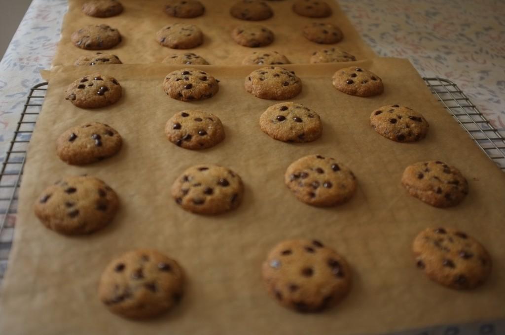les cookies à la sortie du four doivent refroidir sur le papier cuisson