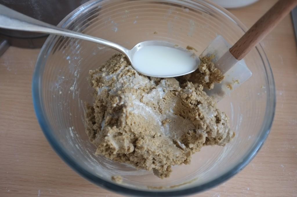 La pâte est un peu épaisse, alors je rajoute du lait, cuillère après cuillère...