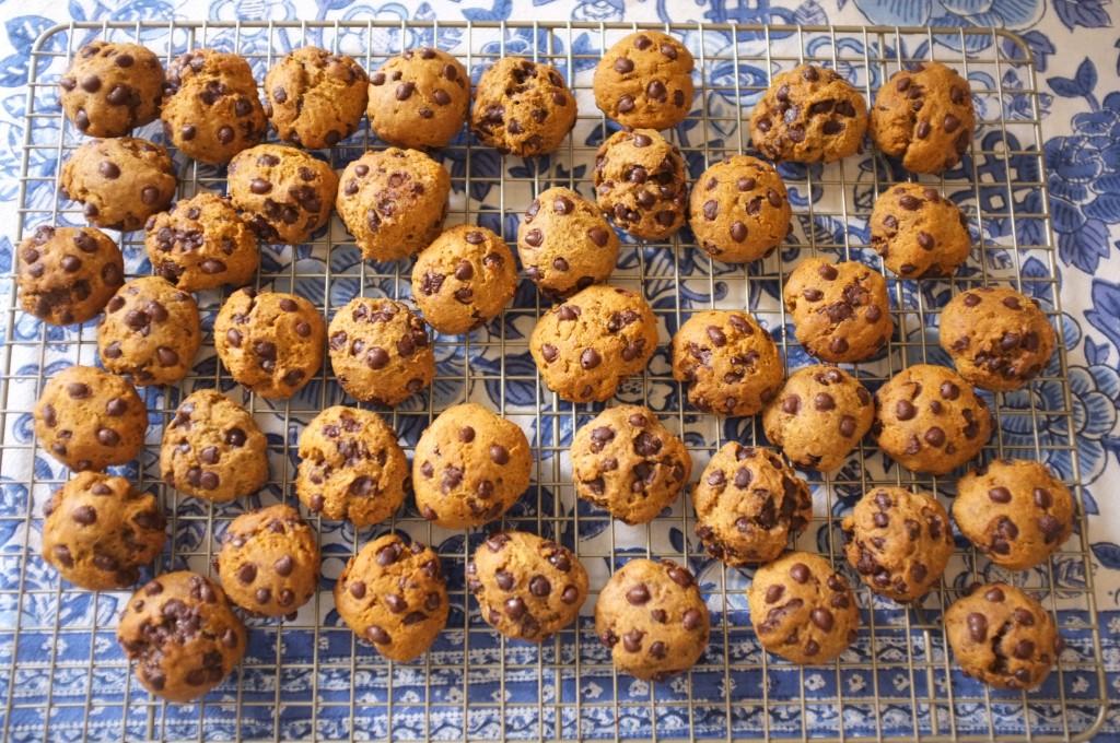 Les cookies refroidissent sur une grille