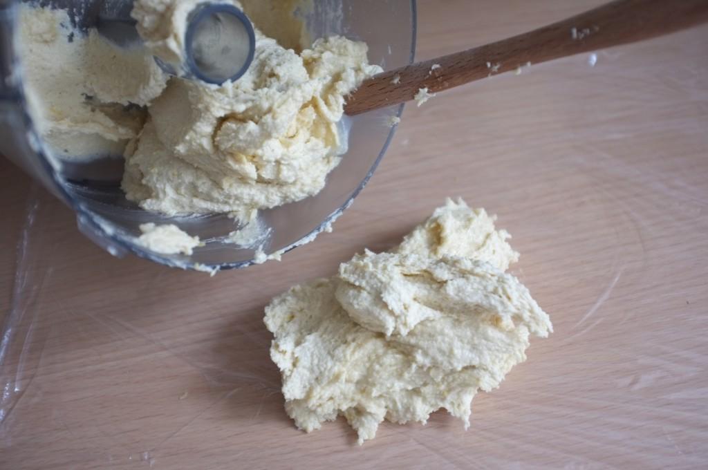 La pâte à biscuit est crémeuse