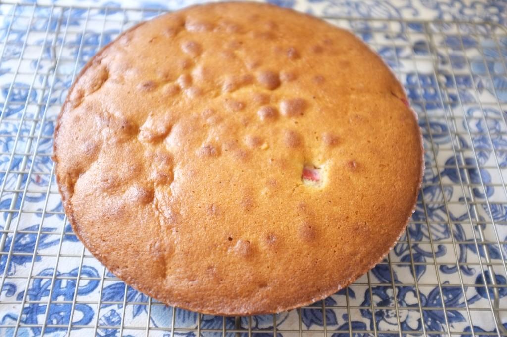 le gâteau amande-millet aux fraises refroidi sur une grille