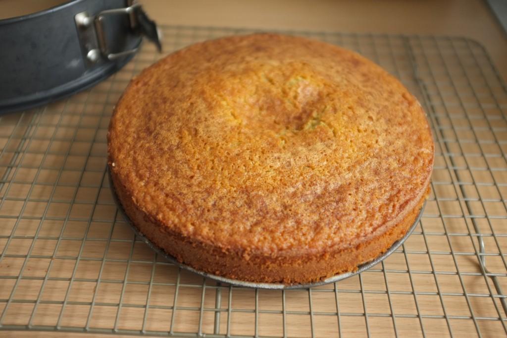 Le gâteau refroidi complètement  hors de son cercle, mais encore sur son socle.