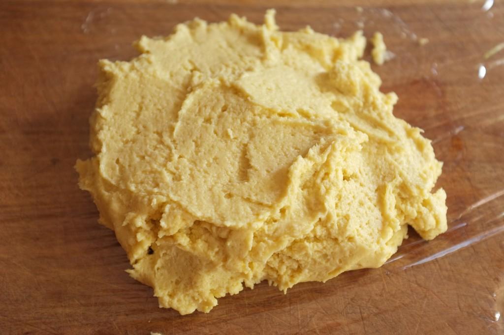 La pâte est un peu crémeuse, elle soit être mise au réfrigérateur au moins 1h.