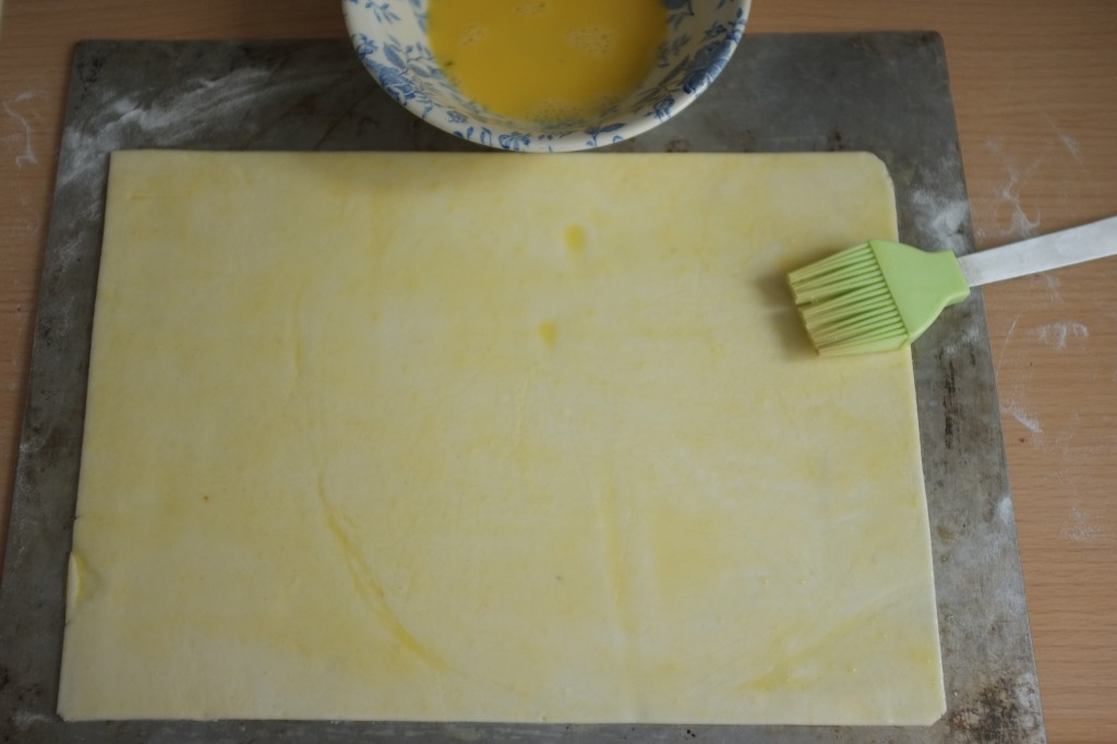 Le pâte feuilleté est badigeonnée d'un mélange oeuf et eau