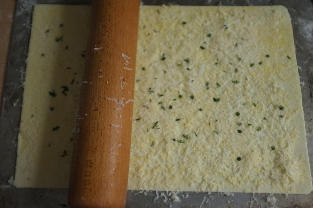 Le rouleau à patisserie permet de bien insérer les deux fromages dans la pâte