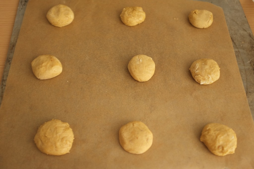 Les petits boules de pâte à cookies ne sont pas trop aplaties, car elles s'étalent à la cuisson.