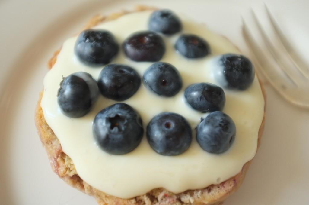 La crème fouettée est généreusement tartinée puis recouverte de myrtilles