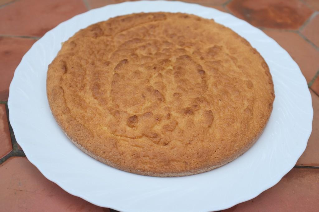 Le gâteau à l'amande refroidi avant d'être glacé