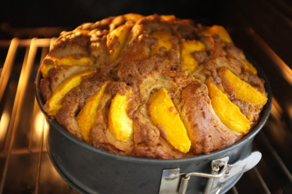 Je laisse reposer 15 mn le gâteau dans le four éteint, porte ouverte, à la fin de la cuisson.J'évite ainsi un chaud-froid qui ferai retomber ce beau gâteau...