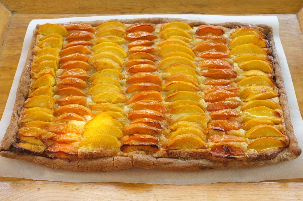 La tarte à la pêche et l'abricot prête pour le goûter