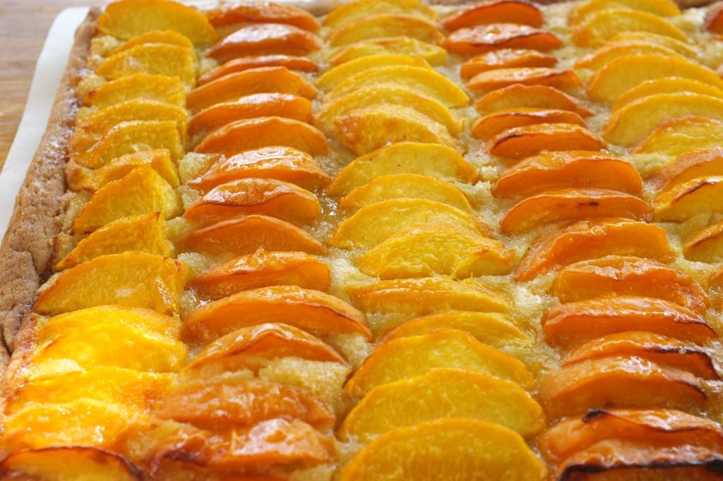 Les morceaux de pêches et d'abricots brillent par leur glaçage