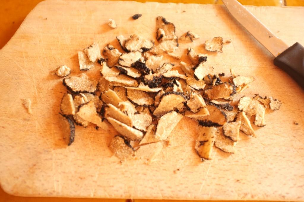 La truffe d'été est tranchée en fines lamelles