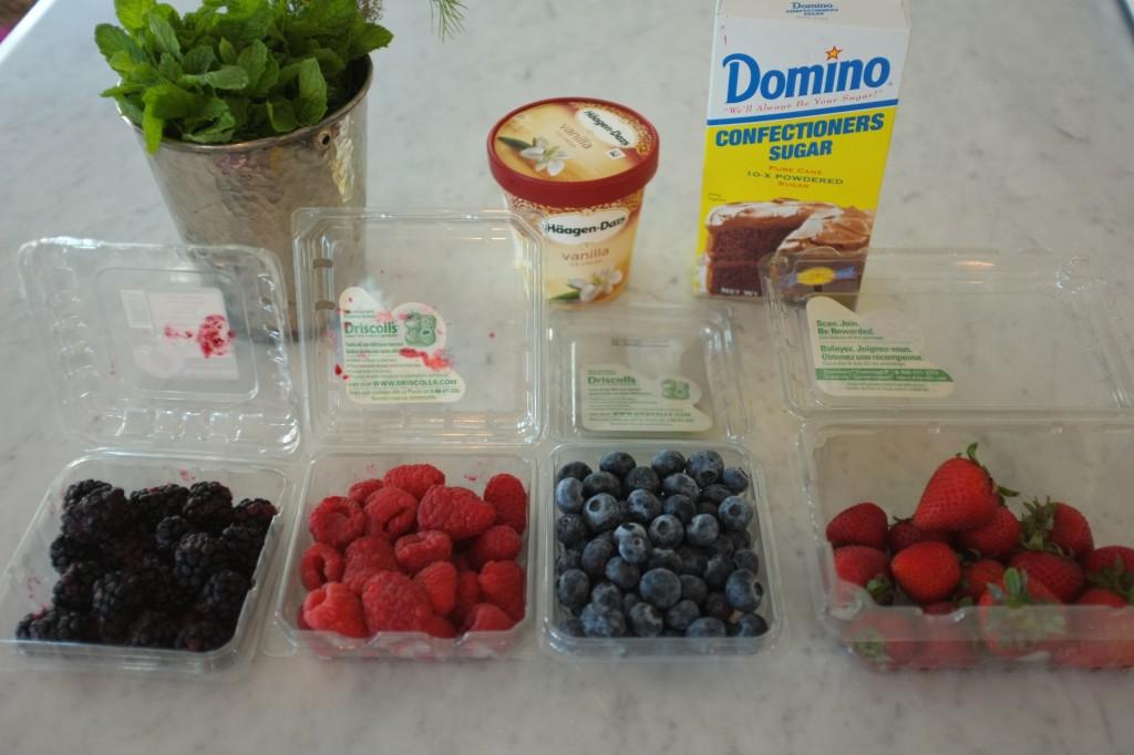 Les fruits et glace pour la décoration des fondants au chocolat