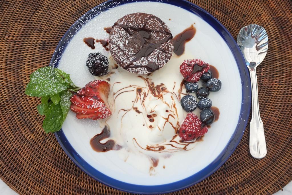 Le fondant au chocolat est saupoudré aussi de sucre glace