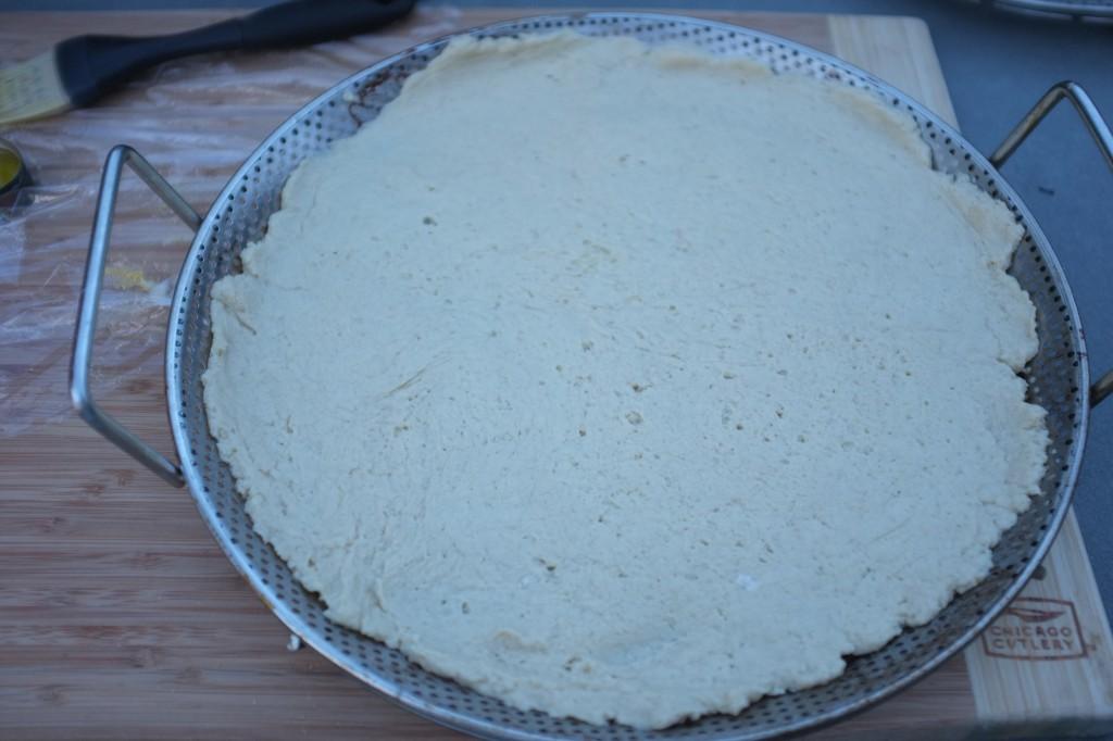 La pâte à pizza avant d'être enfournée pour la pré-cuisson de la pâte.