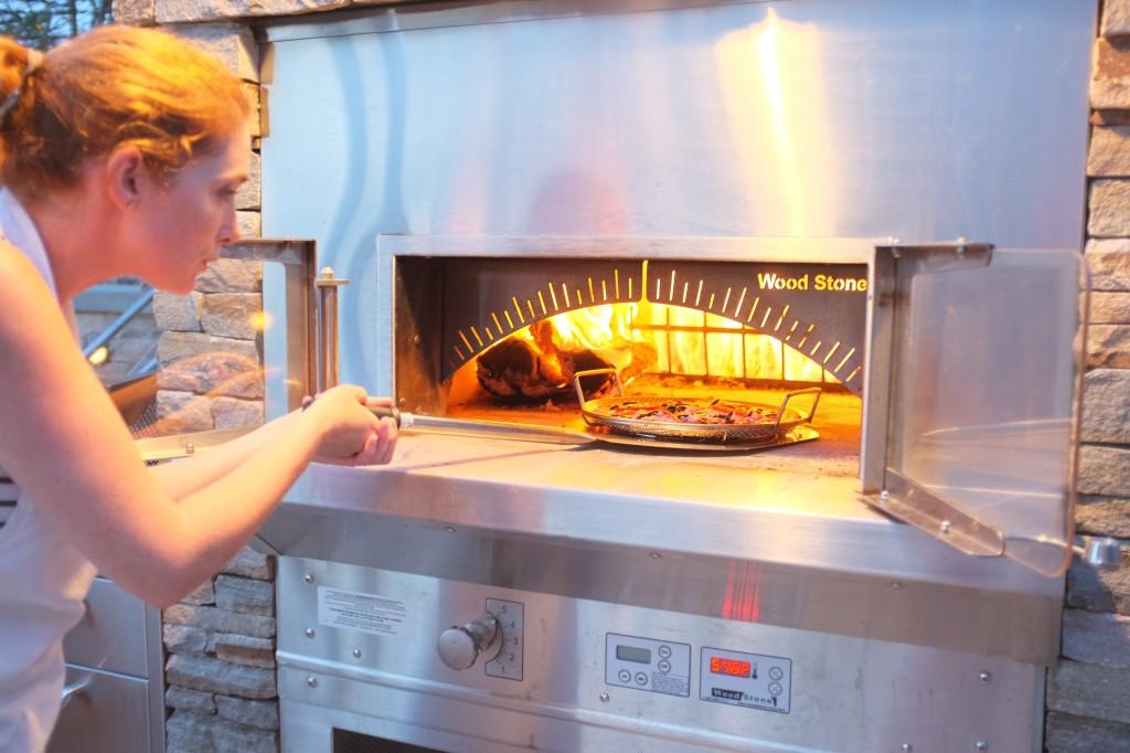 Le four est brûlant, pas simple de manipuler une pizza dans un moule.