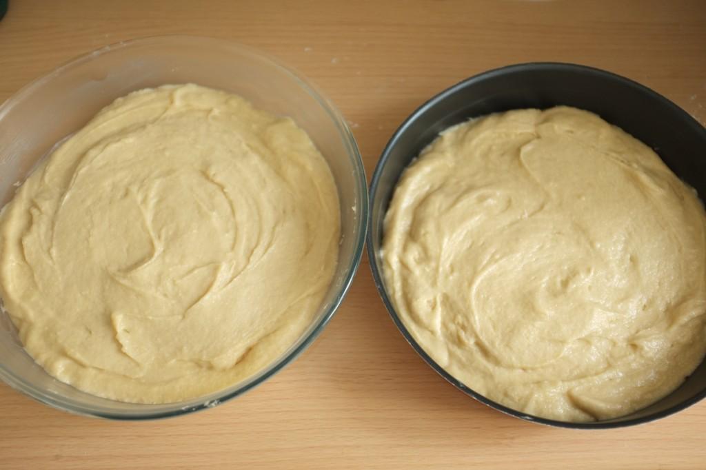La pâte est divisée en part égale dans les deux moules