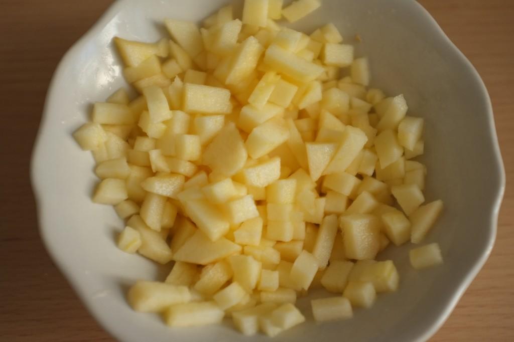 La pomme coupée en tout petits morceaux