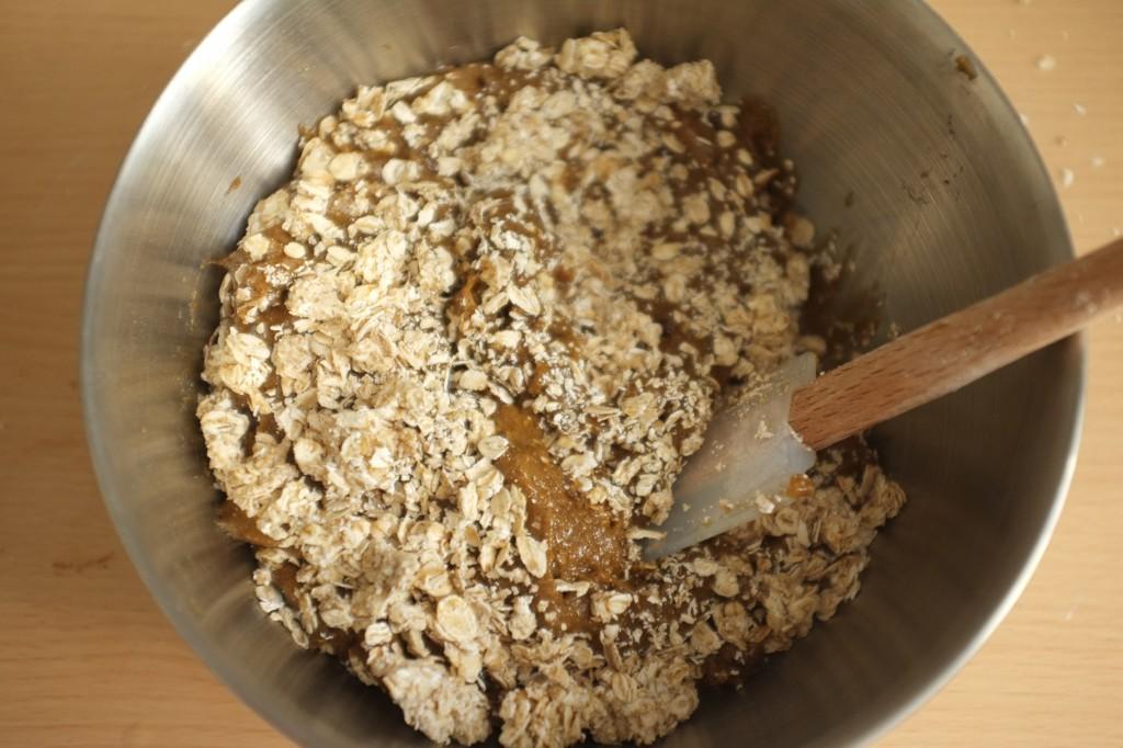Les flocons d'avoine sont ajoutés à la pâte et mélangés à l'aide d'une spatule