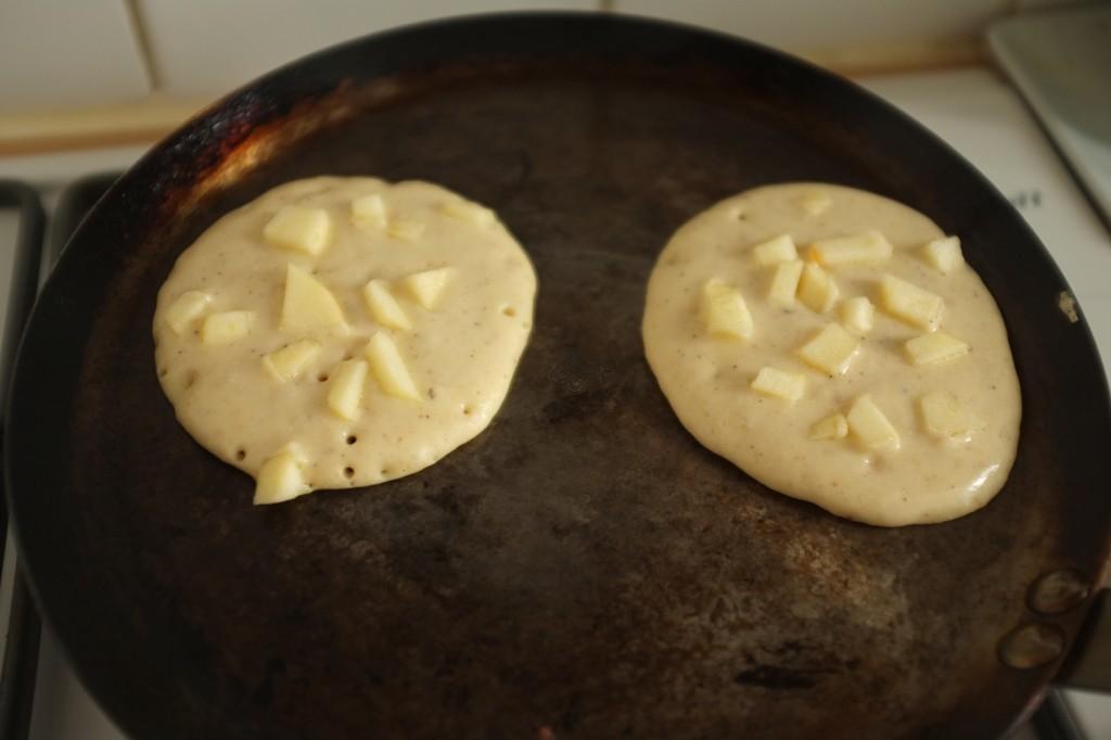Les morceaux de pomme sont tout petits, ainsi ils cuisent aussi avec les pancakes
