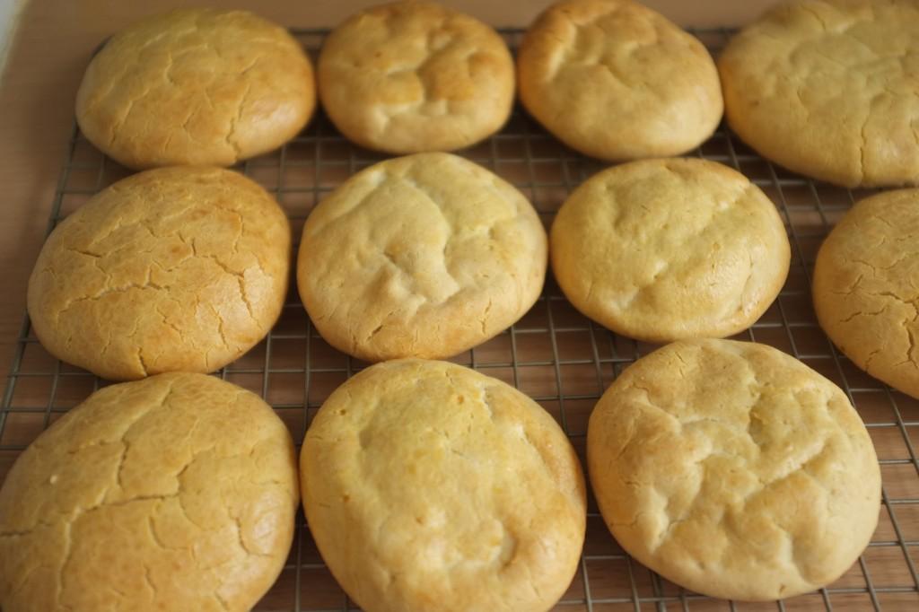 Les petits pains refroidissent sur une grille