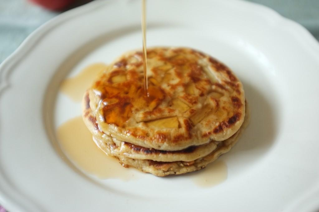 Les pancakes à la pomme servis tièdes et arrosé de sirop d'érable...