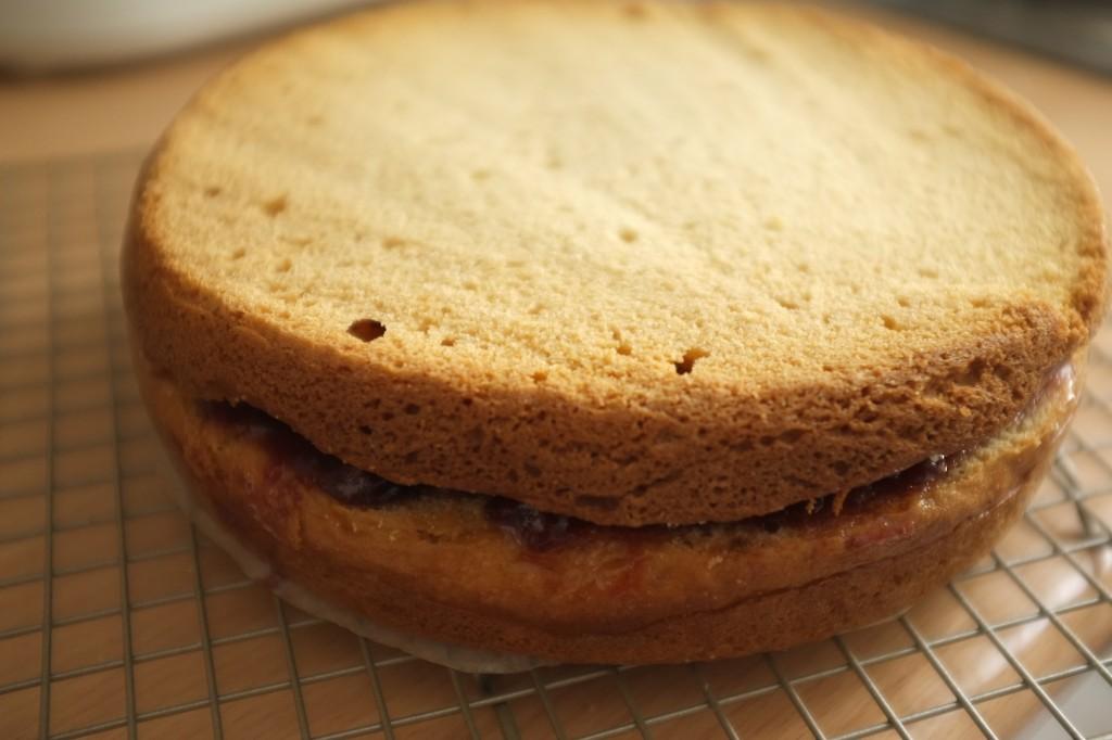 le deuxième gâteau est coupé en dessous et en dessus, puis posé sur la confiture du premier gâteau