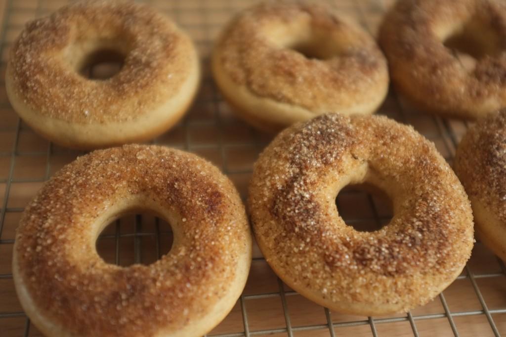 Les donuts à la cannelle refroidissent sur une grille