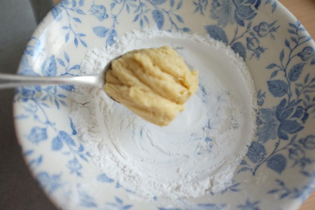 La pâte est collante, elle doit être déposée dans de la farine de riz pour être roulée en boule