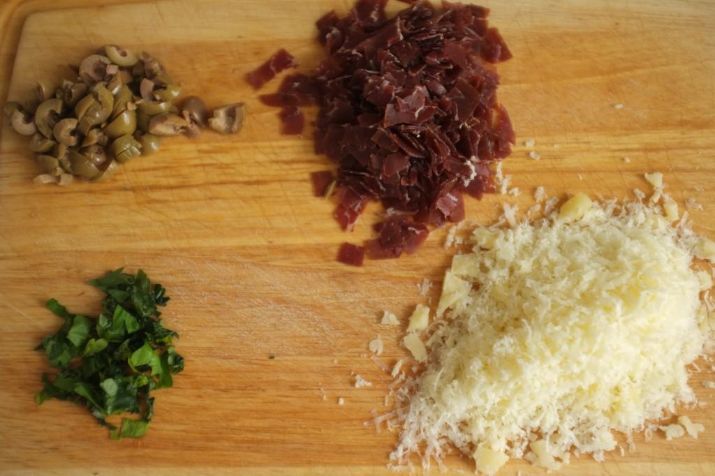 olive, viande de grison, persil et comté, tout est prêt pour être versé dans la pâte
