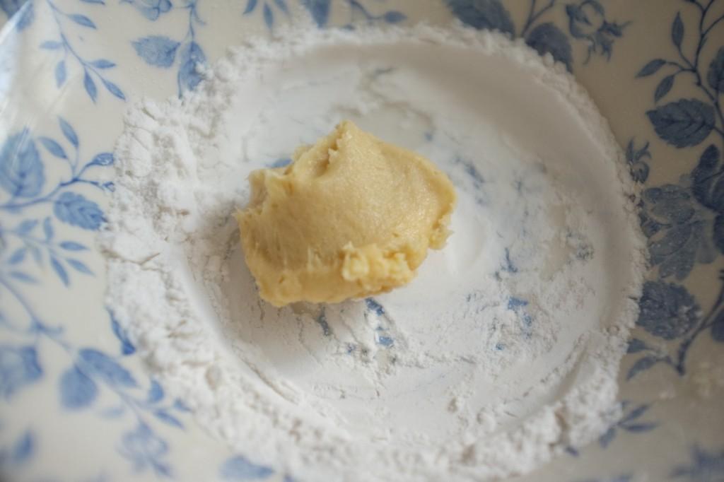 Je dépose une cuillère de pâte dans de la farine de riz