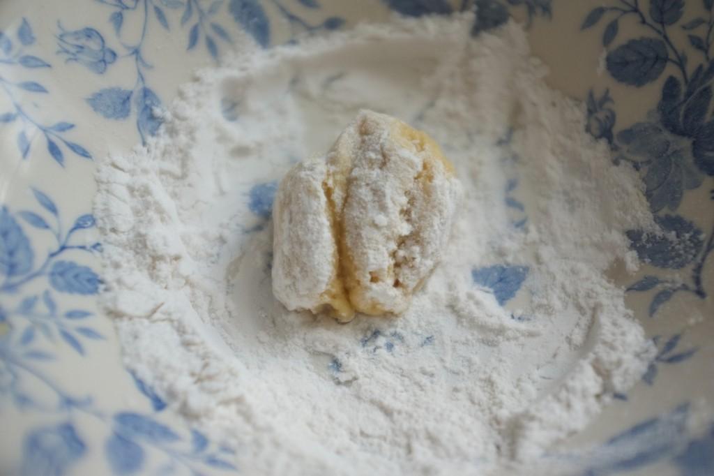 je roule les côtés de la boule de pâte pour la sécher eu peu et pouvoir la rouler entre mes paumes