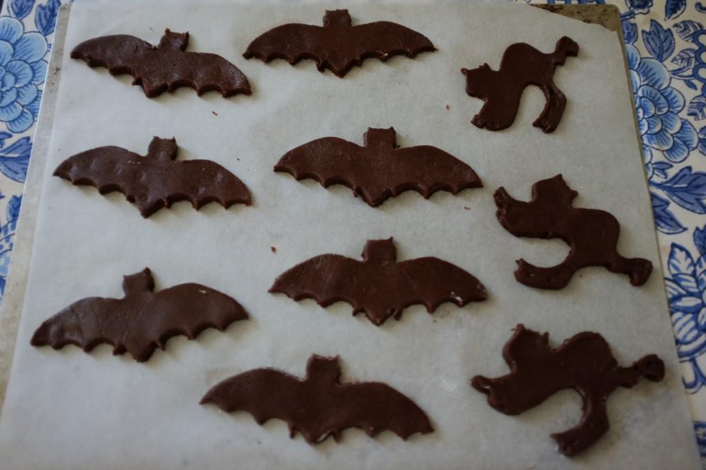 Chauve-souris et chats noirs pour Halloween avant la cuisson