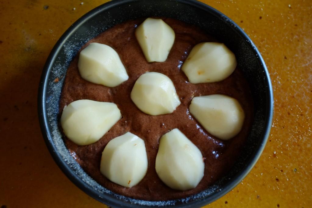 Avant d'être enfourné, les poires sont arrangées sur le gâteau.