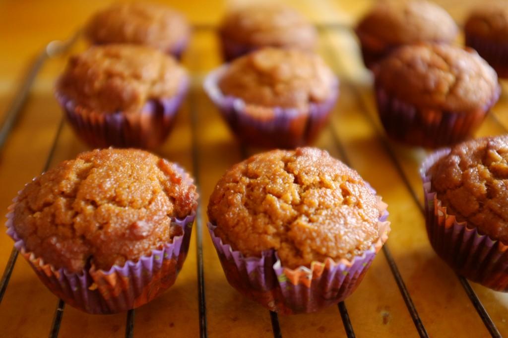 Les muffins au potiron refroidissent sur la grille