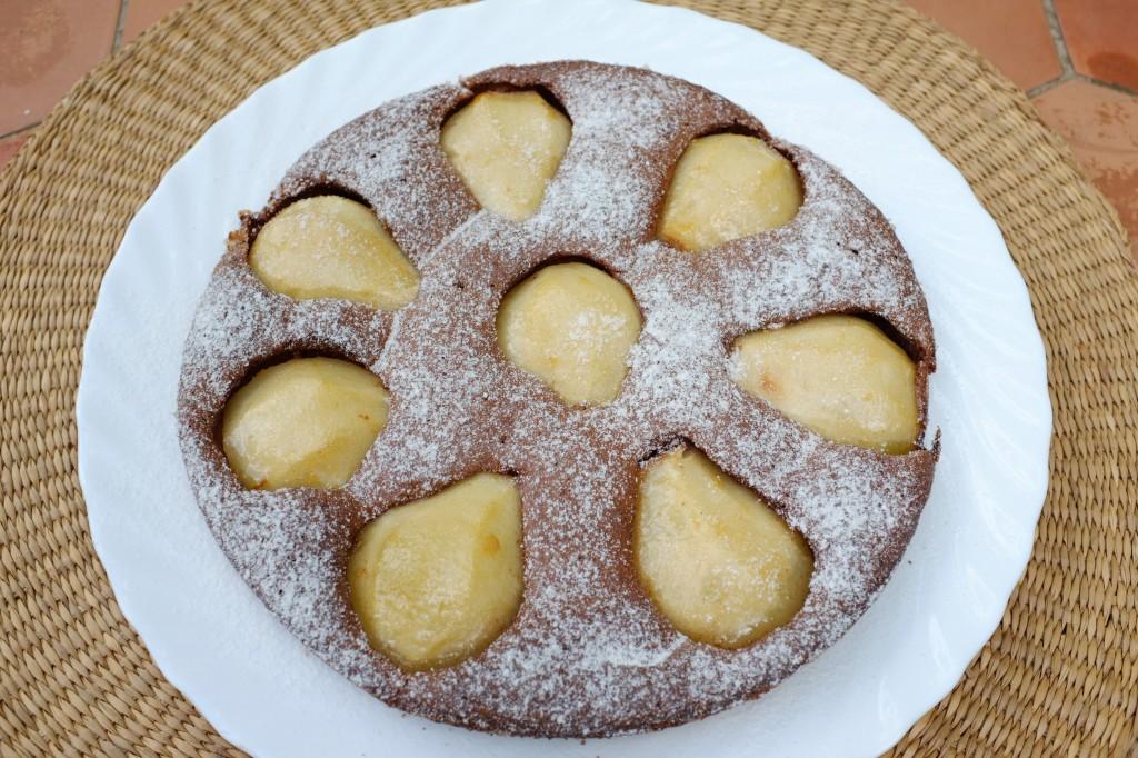 Le gâteau poire et chocolat prêt à être dégusté au déjeuner