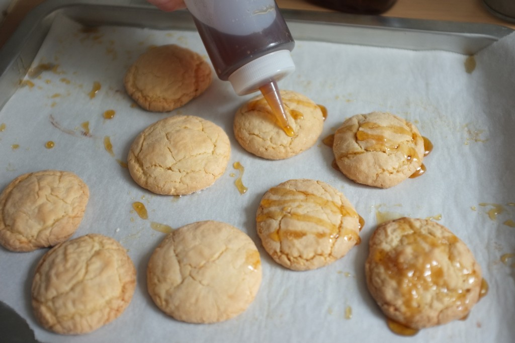 les biscuits sont décorés avec le glaçage d'érable
