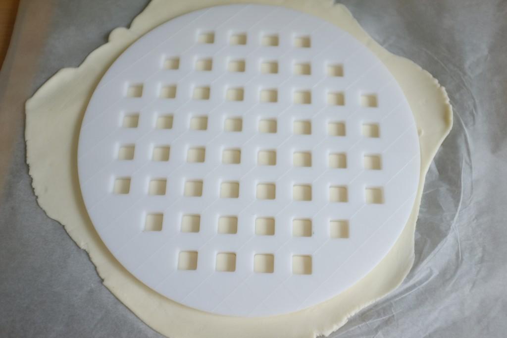 Le découpoir à pâte est posé sur la deuxième pâte bien refroidie