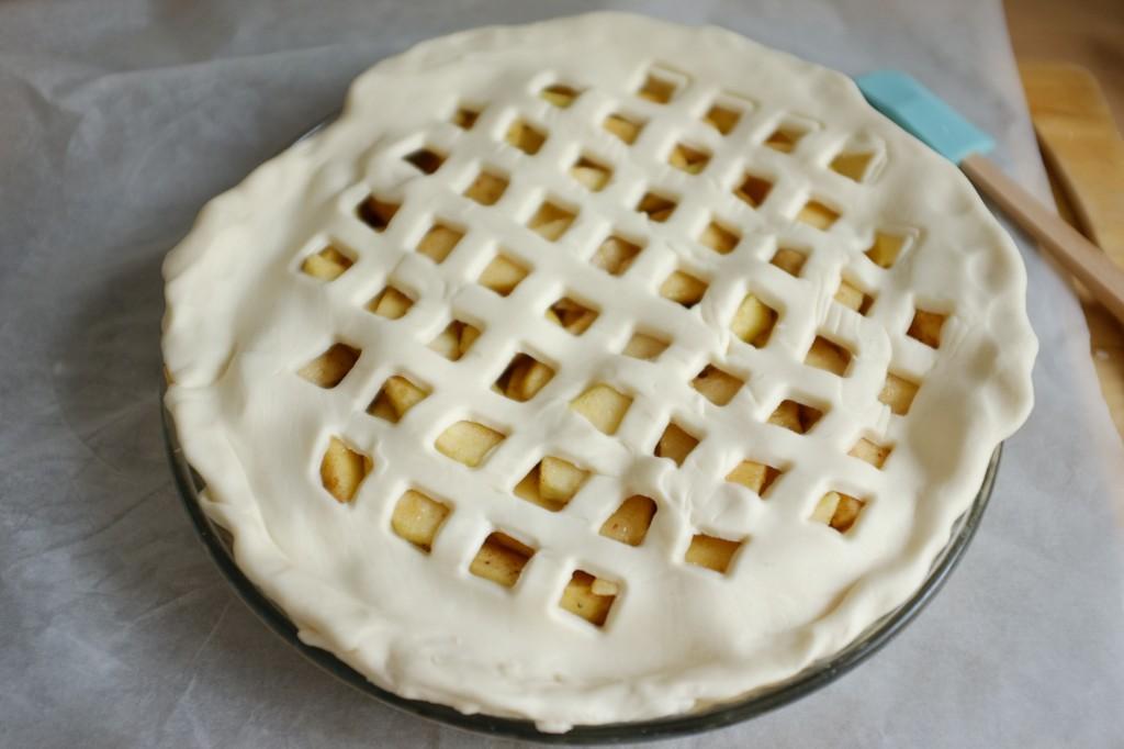 La pâte ajourée est déposée sur les pommes