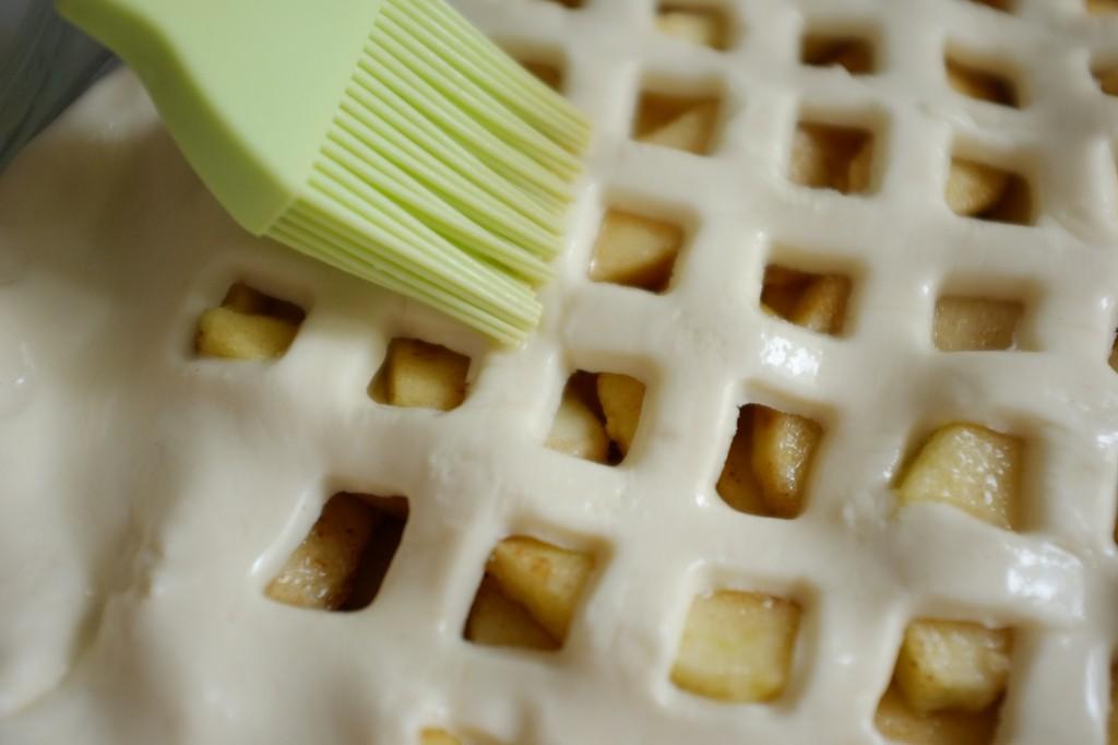 La pâte est passée au blanc d'oeuf pour obtenir une belle couleur à la cuisson